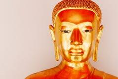 Guld- staty för Buddha och thai konstarkitektur Arkivbilder