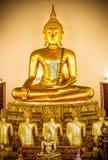 Guld- staty för Buddha och thai konstarkitektur Royaltyfri Fotografi