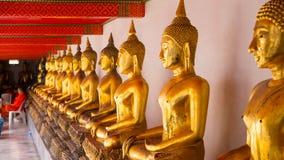 Guld- staty för Buddha och thai konstarkitektur i watpho Arkivbilder