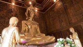 Guld- staty för härlig Buddha och thai konstarkitektur Royaltyfri Foto