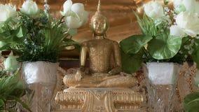 Guld- staty för härlig Buddha och thai konstarkitektur Arkivfoton
