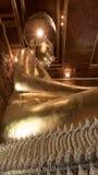 Guld- staty för härlig Buddha och thai konstarkitektur Arkivbilder