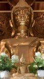 Guld- staty för härlig Buddha och thai konstarkitektur Arkivfoto