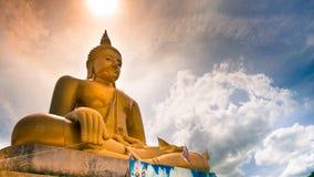 Guld- staty för härlig Buddha och thai konstarkitektur Royaltyfria Bilder