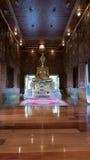 Guld- staty för härlig Buddha och thai konstarkitektur Fotografering för Bildbyråer