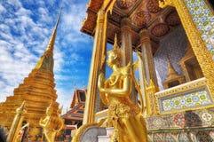Guld- staty för närbild av Kinara på Wat Phra Kaew i det Grand Place komplexet i Bangkok, Thailand Royaltyfria Foton