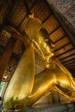 Guld- staty för stor Buddha, Closeup guld- buddha, Wat Pho arkivfoton