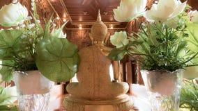 Guld- staty för tillbaka Buddha och thai konstarkitektur Arkivbilder