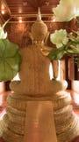 Guld- staty för tillbaka Buddha och thai konstarkitektur Arkivbild