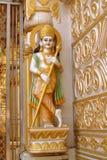 Guld- staty i hinduisk tempel Arkivfoto
