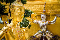 Guld- staty i templet royaltyfria foton