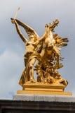 Guld- statyAlexander III bro Paris Frankrike Royaltyfri Bild
