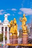 Guld- statyer av jungfruar som symboliserar republikerna av USSR Arkivfoto