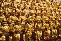 Guld- statyer av Lohansen i Longhua den buddistiska templet, Shanghai, Kina royaltyfri fotografi