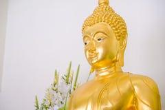 Guld- statyer för Buddha som dekorerar den buddistiska templet Royaltyfri Foto
