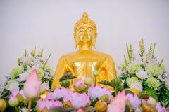 Guld- statyer för Buddha som dekorerar den buddistiska templet Royaltyfri Bild