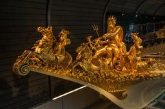 Guld- statyer som dekorerar fartygfören på Sjöhistoriska museet i Amsterdam berömdt Arkivbild
