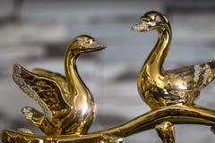 Guld- statyett av svanar royaltyfria bilder
