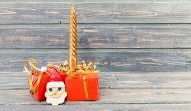 Guld- stearinljus för julferiegåvor en framsida för santa ` s Royaltyfria Bilder