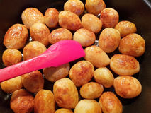 Guld- stekte unga potatisar Royaltyfri Foto