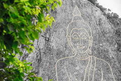 Guld- stor Buddha på berget royaltyfri fotografi