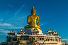 Guld- stor Buddhastaty Royaltyfria Bilder