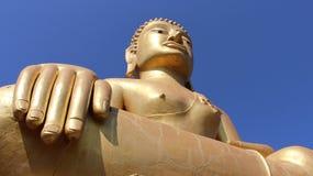 Guld- stora buddha med blå himmel royaltyfria foton