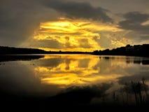 Guld- strålar över sjön Royaltyfri Foto