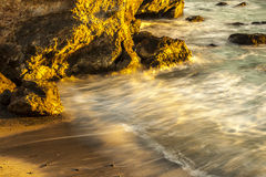 Guld- strand och mjukt vatten Arkivbilder