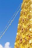 Guld- stupa och blå himmel Arkivbild