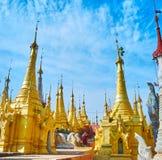 Guld- stupas av Nyaung Ohak, Inle sjö, Myanmar Royaltyfri Foto