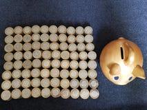 guld- svinspargris och staplade mynt av mexikanska pesos royaltyfri fotografi