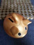 guld- svinspargris och staplade mynt av mexikanska pesos fotografering för bildbyråer