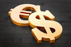 Guld- symboler för dollar och för euro på trätabellen, tolkning 3D Arkivfoton
