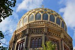 Guld- tak av den nya synagogan i Berlin som ett symbol av judendom royaltyfri foto