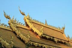 Guld- tak av den thailändska kyrkan Royaltyfria Foton