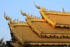 Guld- tak av den thailändska kyrkan Fotografering för Bildbyråer