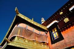 Guld- tak av Jokhang under blå himmel Royaltyfria Bilder