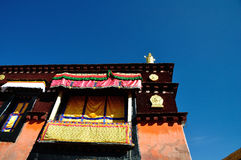 Guld- tak av Jokhang under blå himmel Royaltyfri Bild