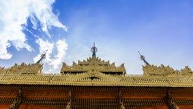 Guld- tak för tempel Arkivbilder