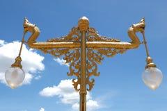 Guld- tappninglampa med bakgrund för blå himmel (konungen av Nagas) Fotografering för Bildbyråer