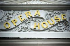 Guld- tecken för operahus på klassisk byggnadsyttersida royaltyfri bild