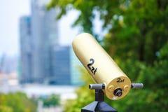 Guld- teleskop som riktas in mot staden royaltyfri bild