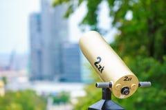 Guld- teleskop som riktas in mot staden royaltyfri foto