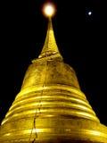 Guld- tempel av Thailand på natten Fotografering för Bildbyråer