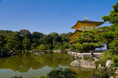 guld- tempel för jikinkakupaviljong Royaltyfri Bild
