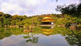 guld- tempel för jikinkakupaviljong Royaltyfri Fotografi