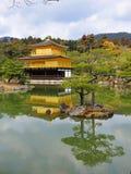 guld- tempel för jikinkakupaviljong Arkivbild
