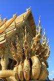Guld- tempel med konung av Nagas Arkivfoton