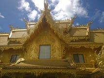 Guld- tempel nära Wat Rong Khun, vit tempel i Chiang Rai Province, Thailand Royaltyfria Bilder